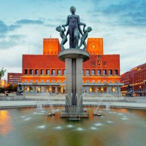 fontanna-przed-ratuszem-w-oslo.jpg